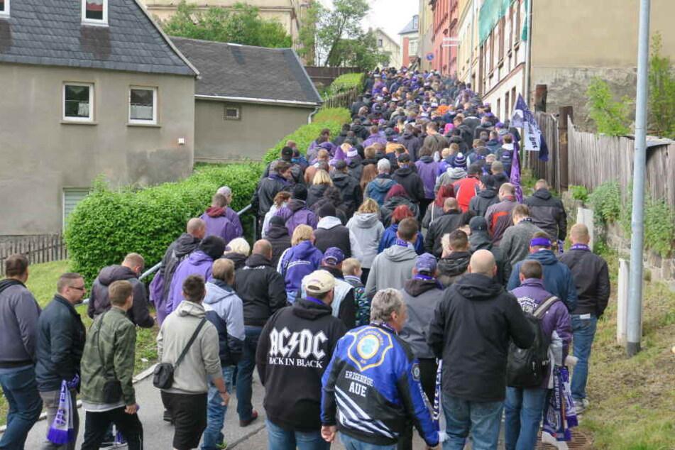 250 bis 300 Fans waren beim Fanmarsch durch Aue dabei.