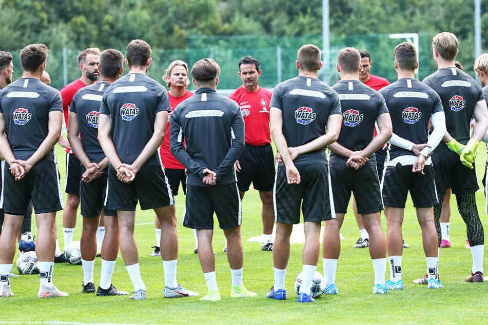"""Dirk Schuster (M.) ist vom Auer Team beeindruckt: """"Eine sehr spiel- und charakterstarke Mannschaft."""""""
