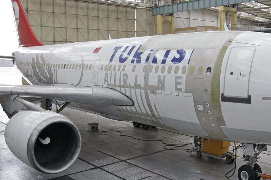 Die Frau ist aus einem Flugzeug der Turkish Airlines gefallen. (Symbolbild)