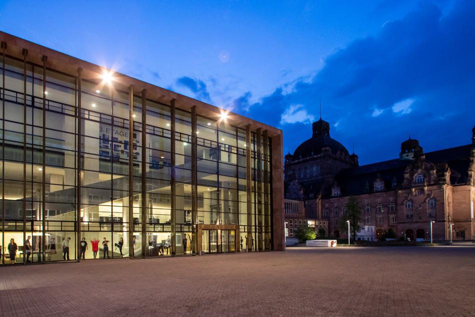 Der Richard-Wagner-Platz am Schauspielhaus (l) und dem Staatstheater. (Archivbild)