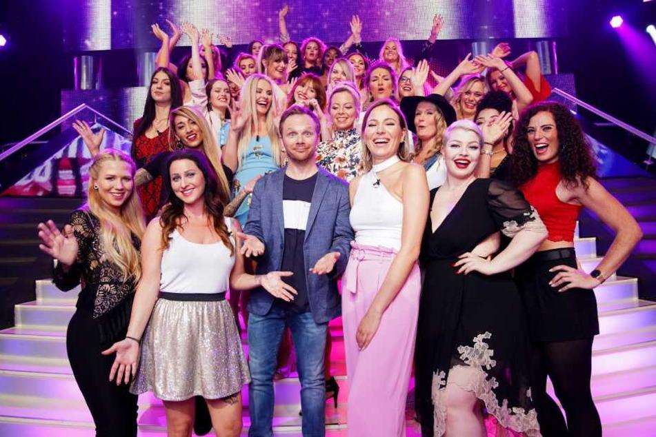 """Moderator Ralf Schmitz (44) und die 30 Single-Ladies der aktuellen """"Take Me Out""""-Staffel."""