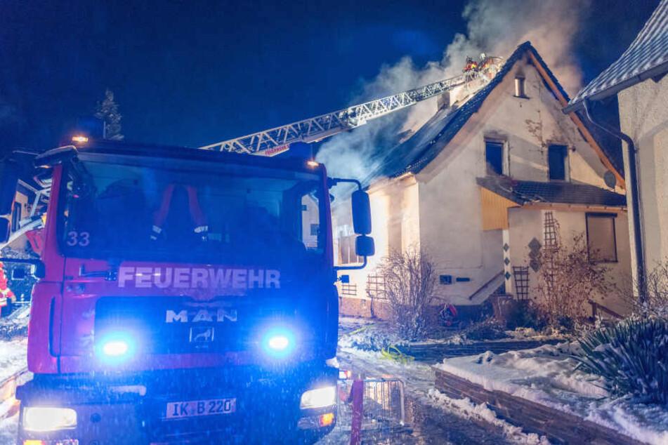 Feuerwehr entdeckt Leiche nach Brand in Einfamilienhaus