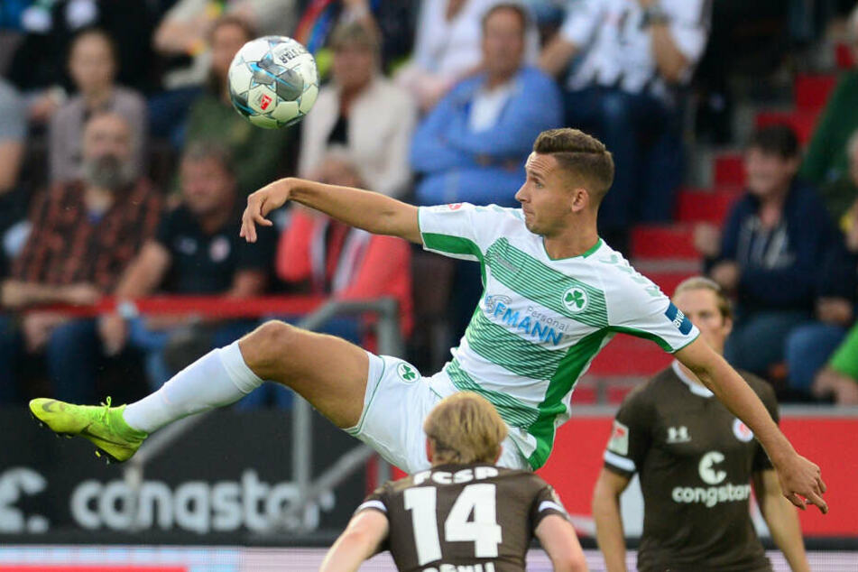 Mats Möller-Daehli hat im Zweikampf gegen Fürths Paul Seguin das Nachsehen.