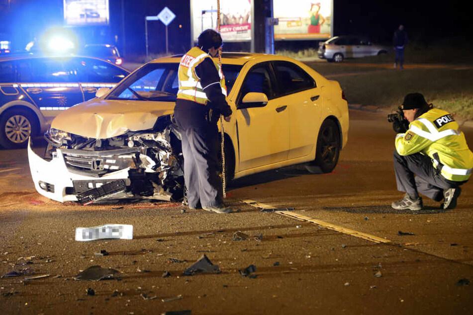 Der Honda war mit einem Mercedes auf einer Kreuzung kollidiert.