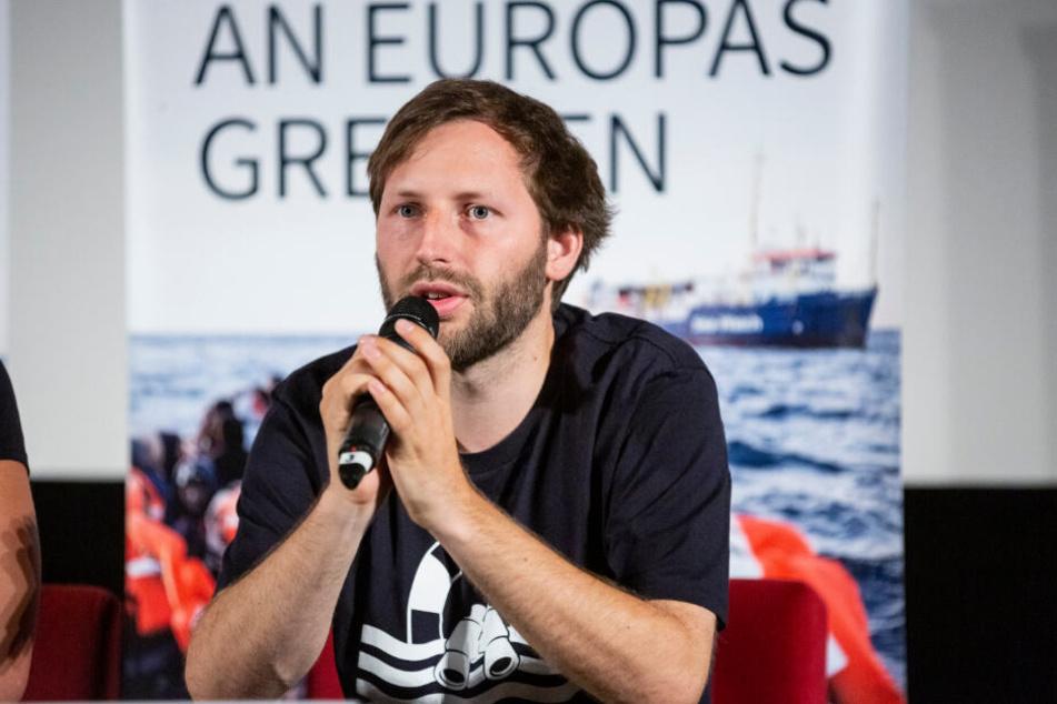 """Sea-Watch-Sprecher Ruben Neugebauer spricht auf einer Pressekonferenz zu den Geschehnissen um die """"Sea Watch 3""""."""