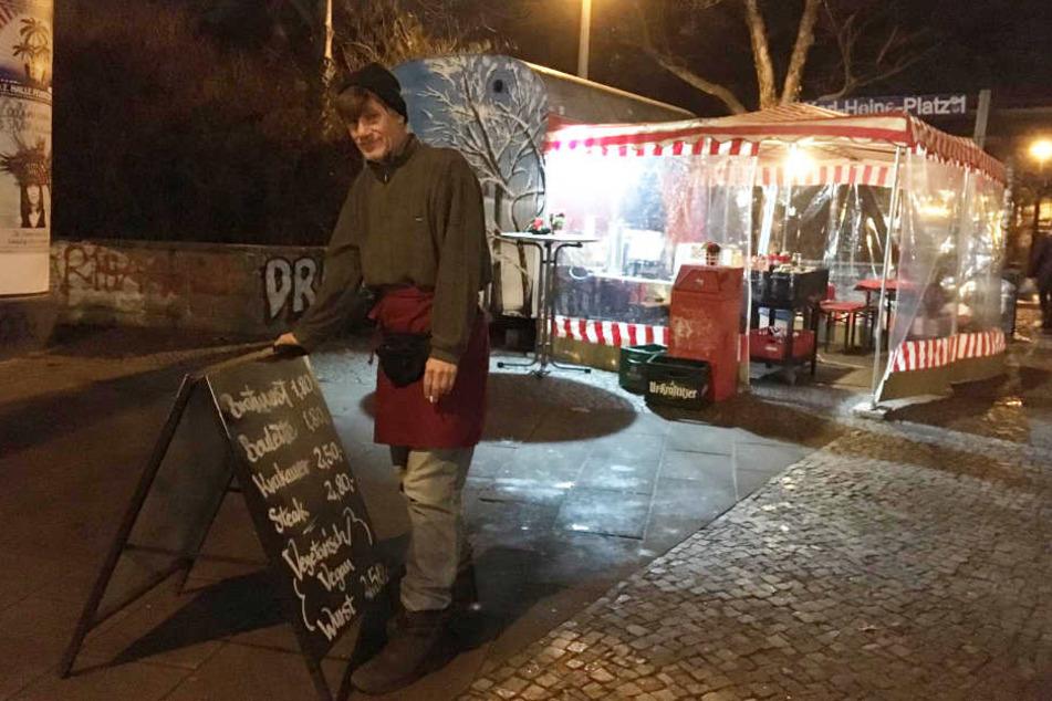 """Jürgen Arendt (61) startete online und offline eine Petition, um seinen Bratwurststand """"Jürgen & Jürgen"""" vor dem Untergang zu bewahren. Nach einer Woche kamen schon 500 Unterschriften zusammen."""