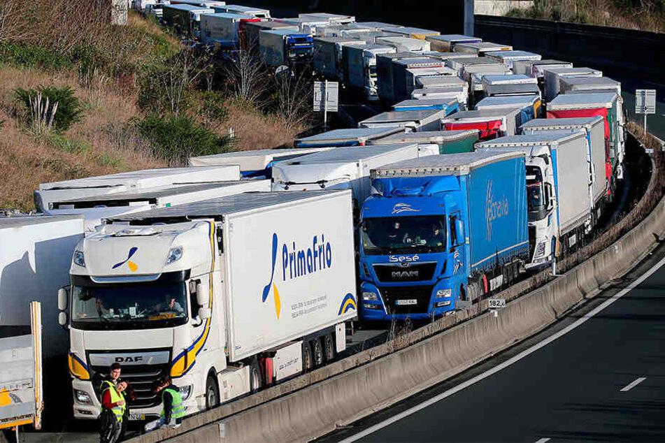 Bei Biarritz warteten am Samstag tausende LKWs auf der Autobahn, die aufgrund der Protestbewegungen in Frankreich gesperrt war.