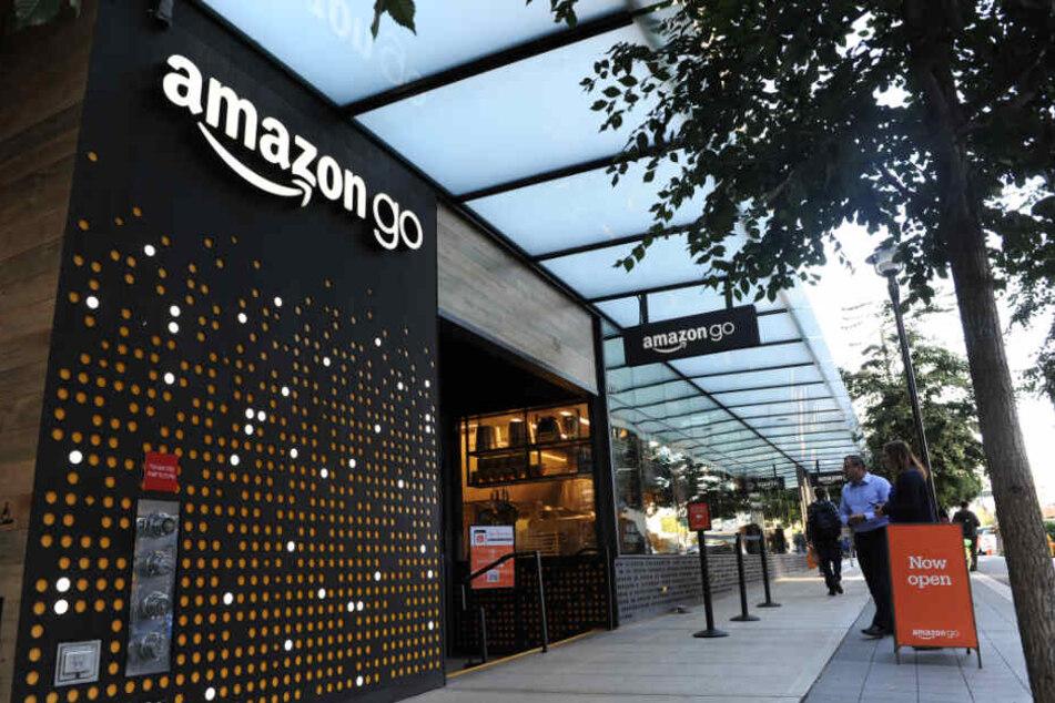 In amazon go Geschäften müssen Kunden ihre Waren nicht mehr an einer Kasse bezahlen.