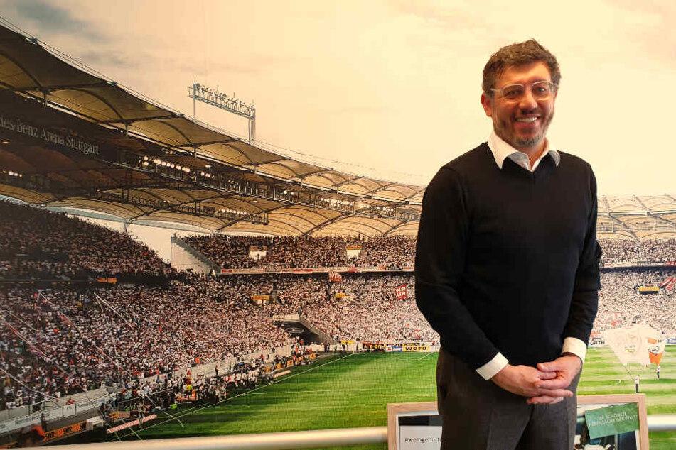 Claus Vogt steht beim TAG24-Interview im Fußballzimmer seiner Firma Intesia (Böblingen) vor einer Wand, auf der die Mercedes-Benz Arena zu sehen ist.