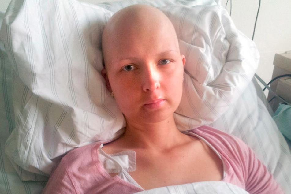 Gezeichnet von der Therapie gab Alexandra auch im Krankenbett  die Hoffnung selten auf.