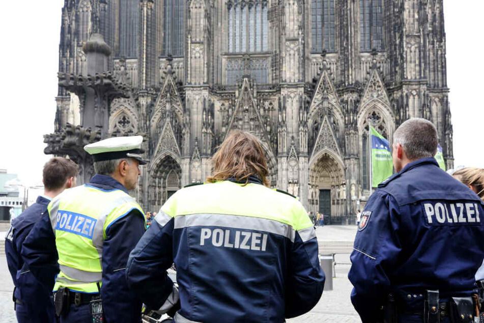 Mann entblößt sich direkt vor dem Kölner Dom