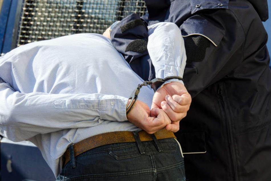 Am Ende konnten die Polizisten Vater und Sohn festnehmen. (Symbolbild)