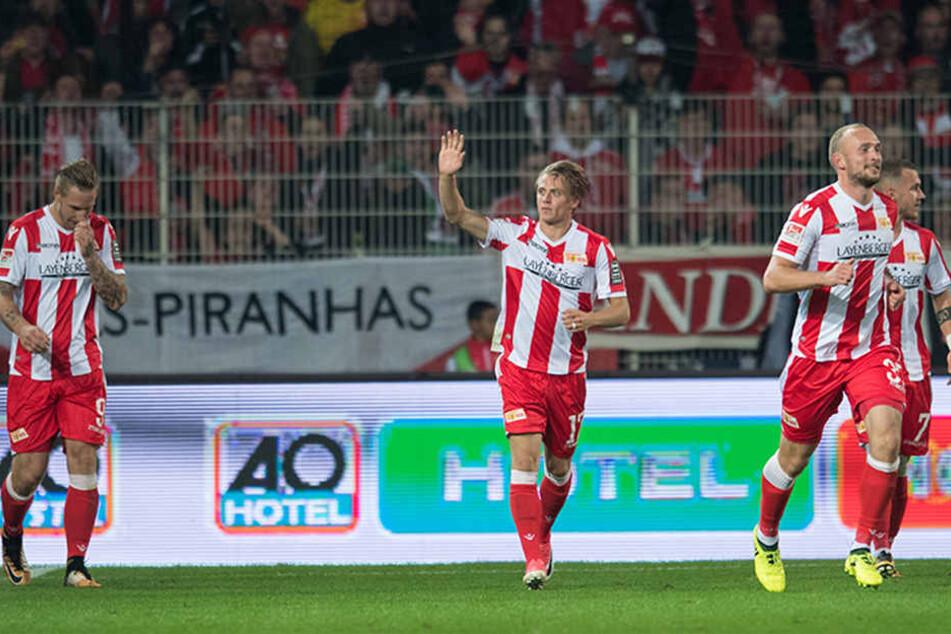 Nach seinem Tor zum 1:0 gegen Eintracht Braunschweig winkt Unions Torschütze Simon Hedlund (M).