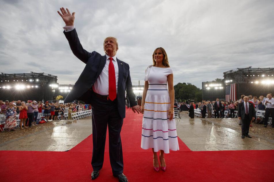 Donald und Melania Trump bei der Unabhängigkeitsfeier der USA. Der Regen ließ Melanias Nippel hervor blitzen.