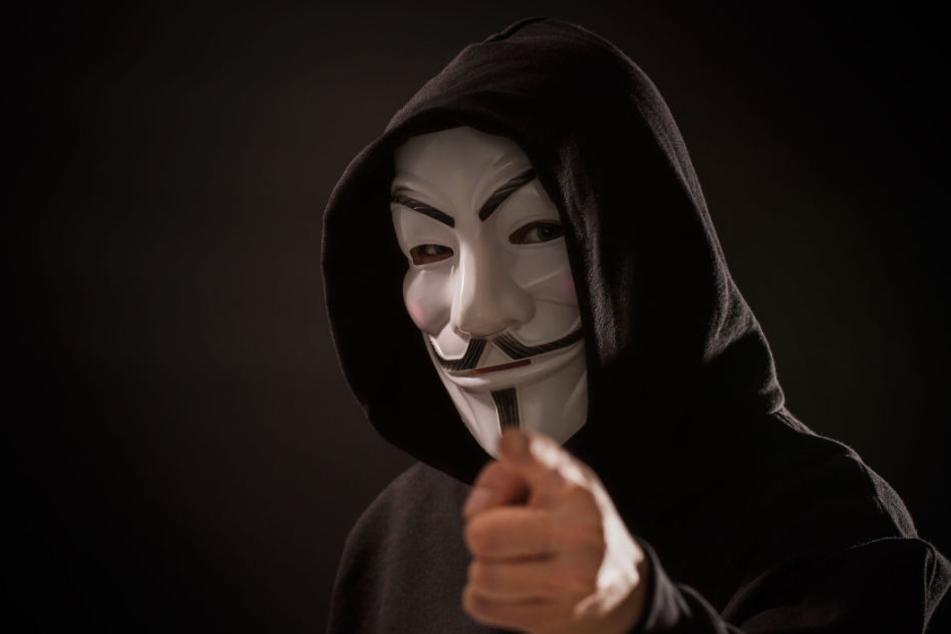 Ein Mann mit Vendetta-Maske überfiel die Angestellte.