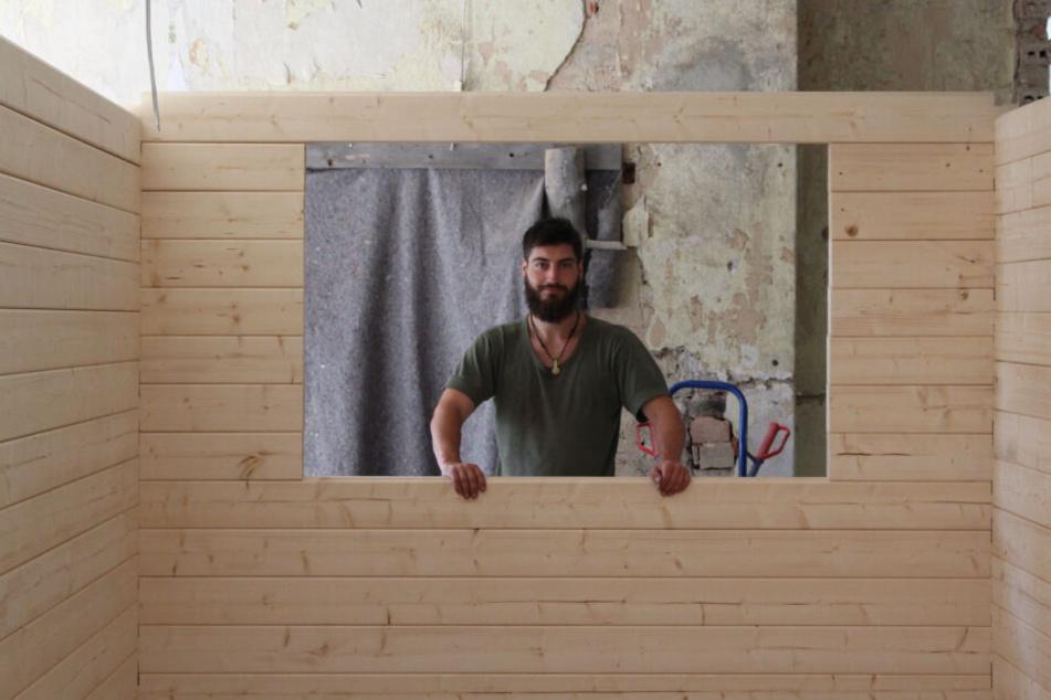Der Annaberger Philipp Siegler (30) baut die winzigen Häuser. In einem Jahr entstehen bis zu sechs davon. Das Holz bezieht der junge Unternehmer aus dem Bayerischen Wald, gearbeitet wird gemeinsam mit Handwerkern aus der Region.
