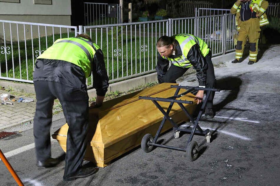 Der tote Biker wird im Sarg abtransportiert.