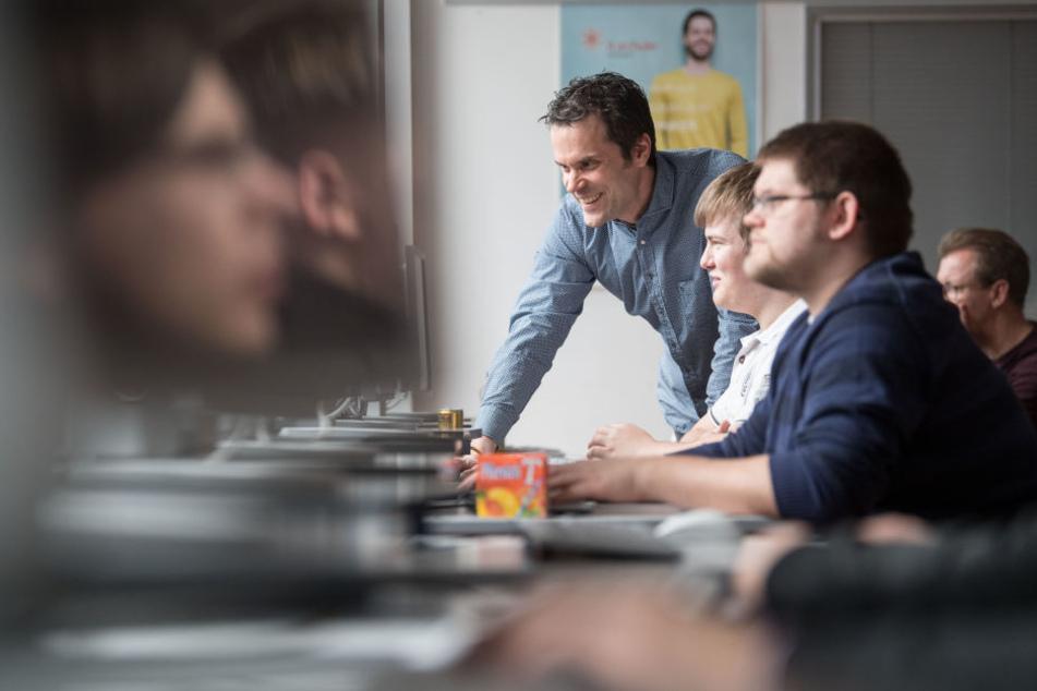 Rüdiger Berg (Mitte) unterrichtet in Stuttgart in einer Berufsschulklasse der it.Schule Fachinformatiker im 3. Lehrjahr im Fach. (Archivbild)