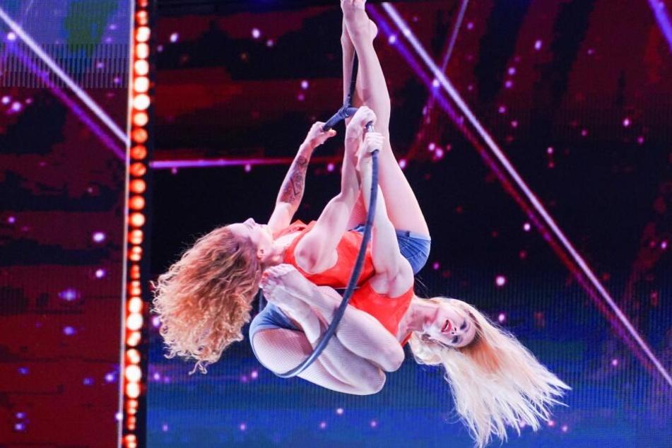 Helene Kolessnikow (r.) und Anne Charlotte Joguet aus Frankreich präsentieren Akrobatik am Luftring.