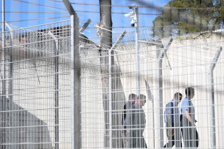 Um über die Sicherheitszäune zu gelangen, benutzten die Männer Decken (Archivbild).