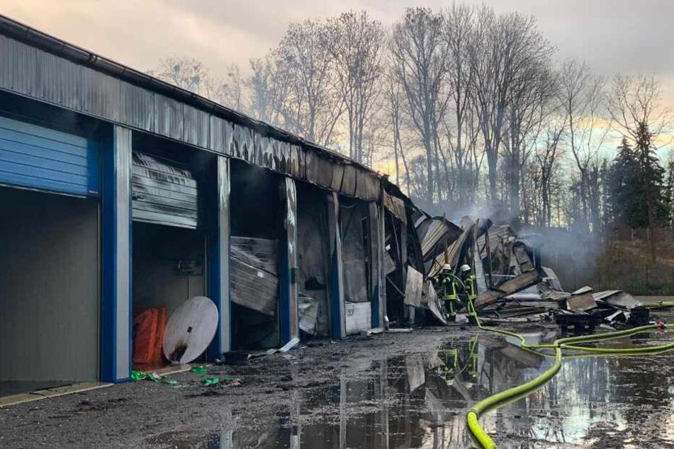 Feuer und Explosionen in Mietgaragen: Zwei Schwerverletzte