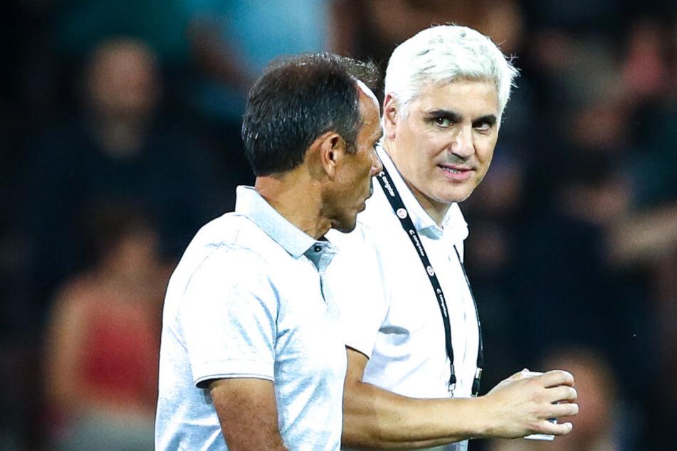 Sport-Chef Andreas Bornemann (rechts) stärkt Trainer Jos Luhukay den Rücken.