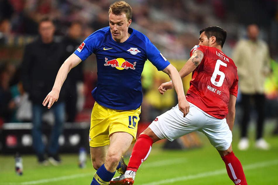 RB-Doppeltorschütze Lukas Klostermann (l.) setzt sich gegen den Mainzer Danny Latza durch.