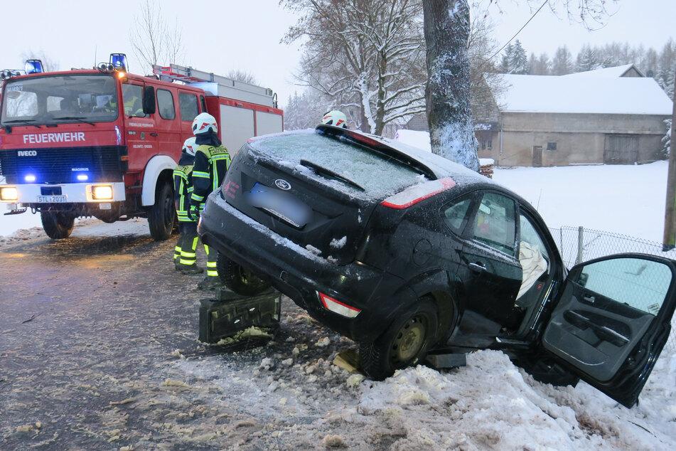 Einsatzkräfte der Feuerwehr mussten die verletzte Frau aus dem Unfallauto befreien.