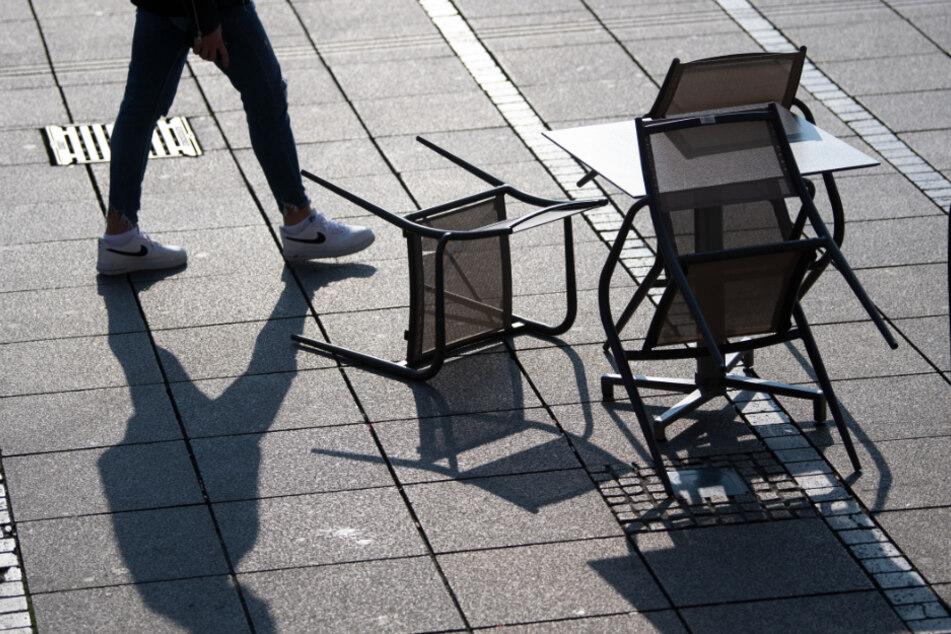 Menschen dürften sich dann nicht mehr in Gruppen auf öffentlichen Plätzen treffen (Symbolbild).