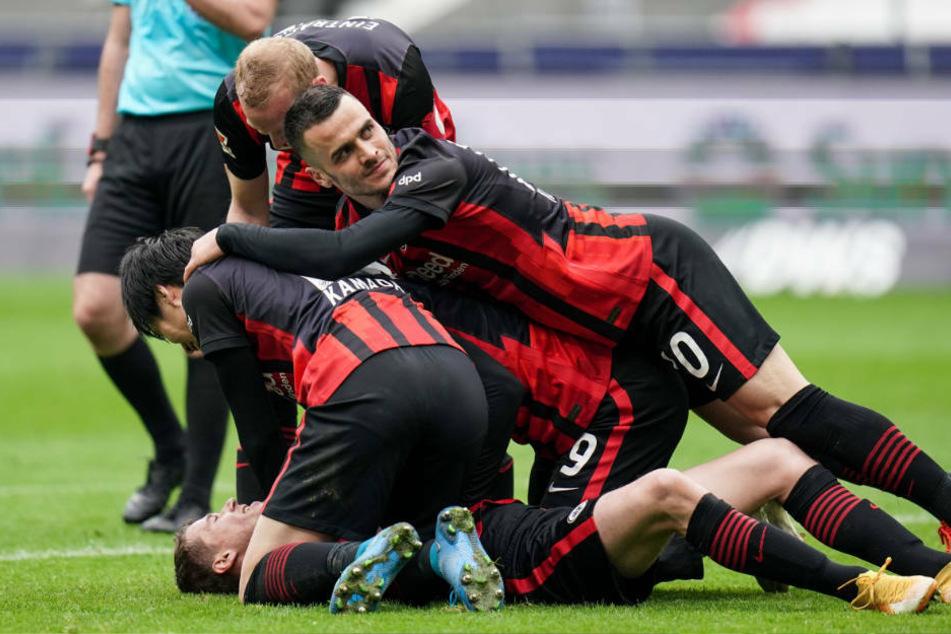 Große Freude bei den Spielern von Eintracht Frankfurt nach dem 4:2 von Erik Durm (auf dem Boden liegend).