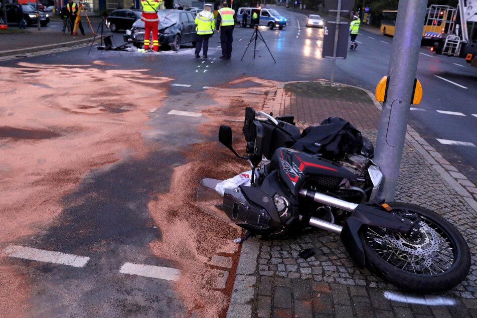 Bei Rot gefahren? VW kollidiert mit Motorradfahrer in Dresden