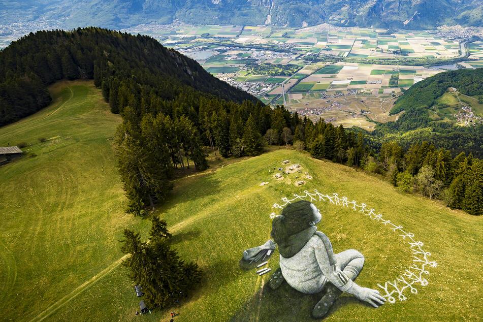 Was macht denn dieses große Mädchen in den Bergen?