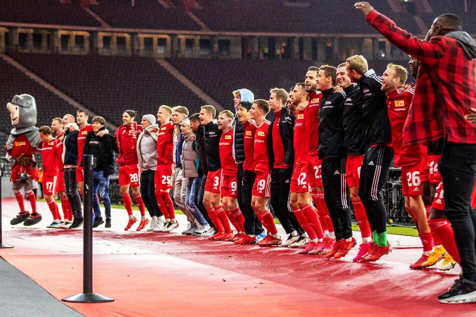 Die Spieler von Union Berlin feiern den Einzug in die Gruppenphase der UEFA Conference League im Berliner Olympiastadion.