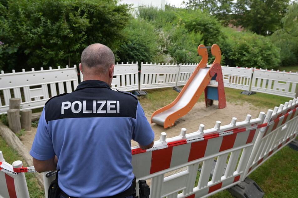 Polizeihauptmeister Steffen Zimmermann (52) steht an dem abgesperrten Spielplatz. Hier hat ein unbekannter Täter spitze Nägel im Sand verteilt.