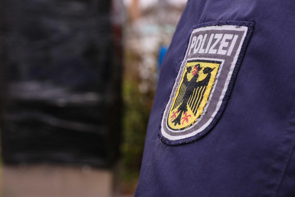 Die Polizei Dresden ermittelt, nachdem ein unbekannter Mann den verbotenen Hitlergruß zeigte.