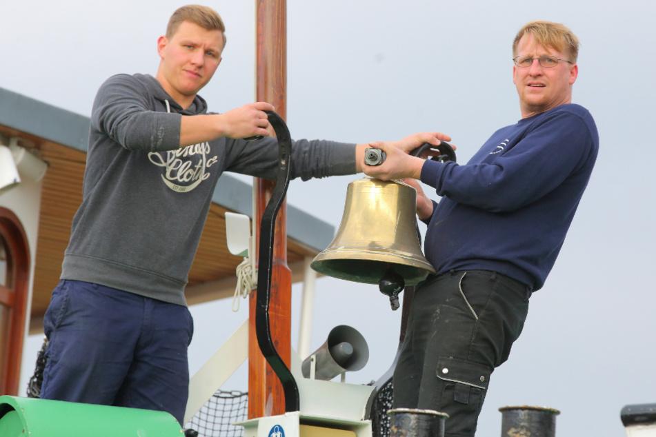 Bootsmann Lucas Ebersbach (23, l.) und Steuermann Christian Geerdes (34) nehmen die Glocke zur Einlagerung ab.