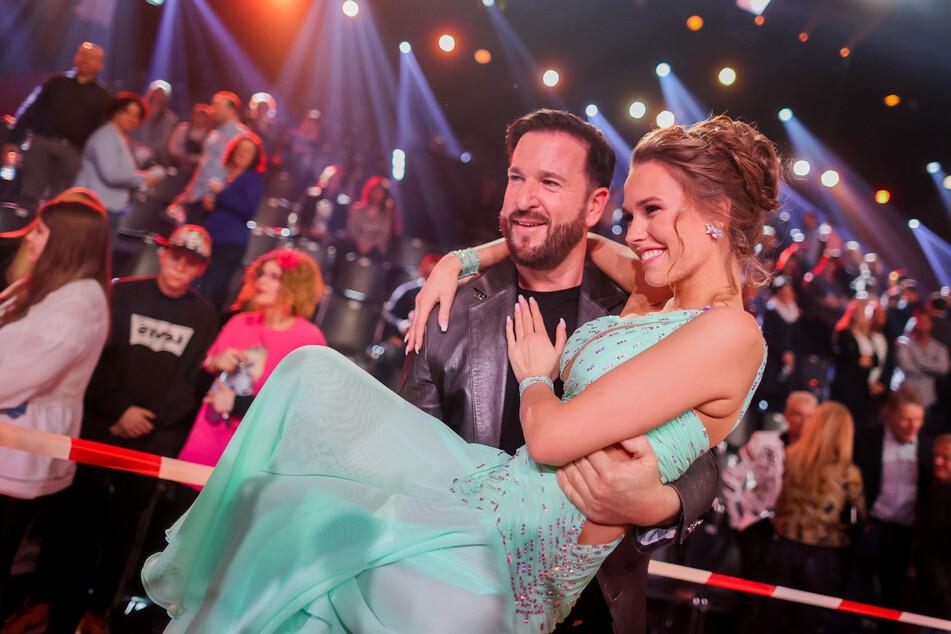 Michael Wendler (47) steht seinen Mann und hebt seine Laura Müller (19) bei Let's Dance hoch.