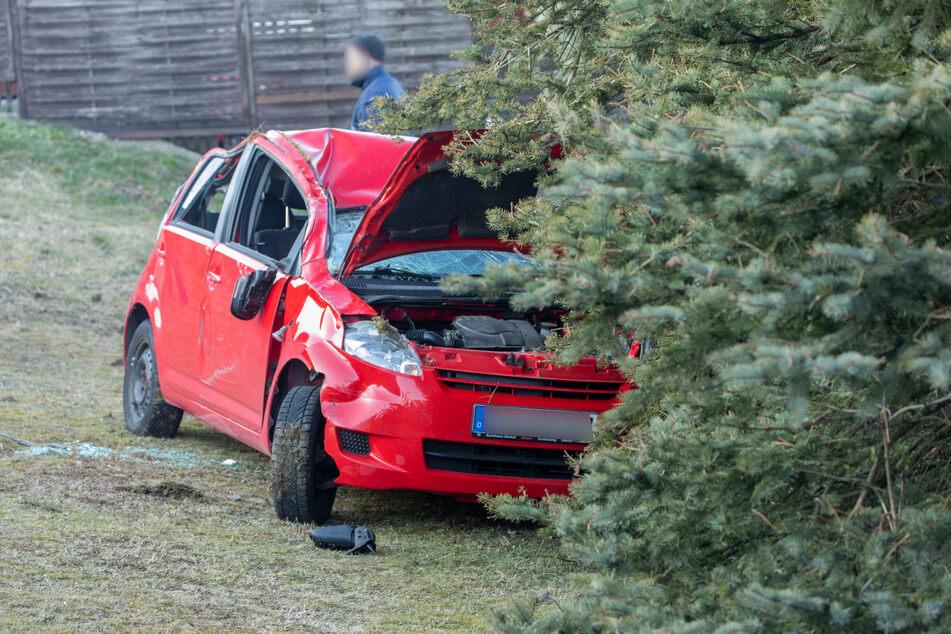 Am Mittwochnachmittag kam einDaihatsu von derS268 in Neudorf ab, überschlug sich und krachte gegen einen Baum.