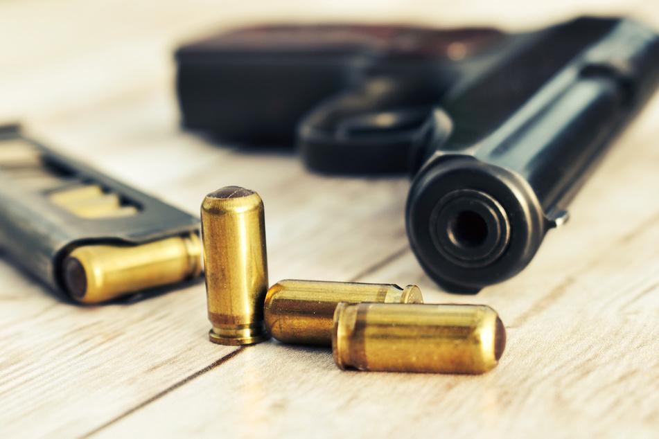 Die Polizisten stellten Waffe und Munition in der Wohnung des Mannes sicher (Symbolbild).