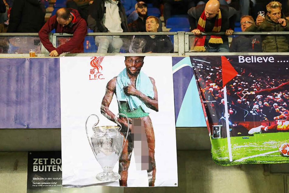 Mit diesem Plakat verunglimpften die Genk-Fans Divock Origi vom FC Liverpool.