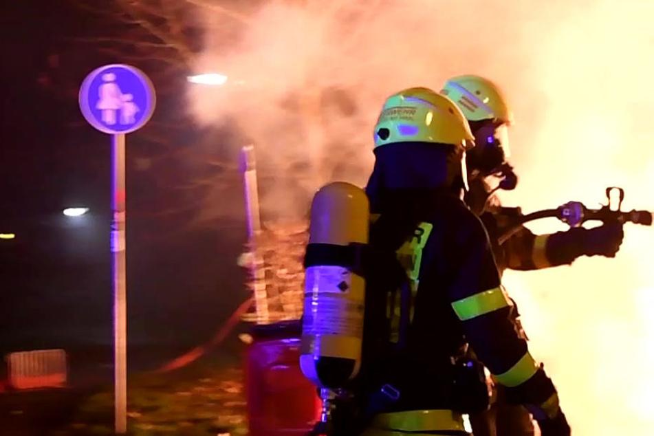 Diverse Brände in der Frankfurter Nordweststadt beschäftigten die Feuerwehr in der Silvesternacht.
