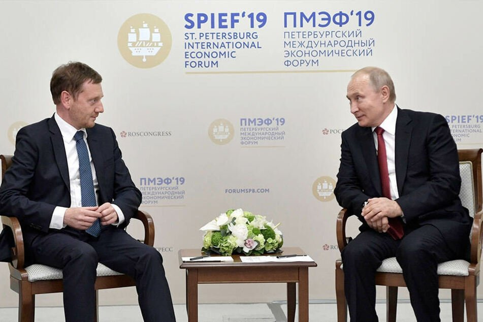 Der russische Präsident Wladimir Putin (re.) und Michael Kretschmer sprachen am 7. Juni im Rahmen des Internationalen Wirtschaftsforums in St. Petersburg miteinander.