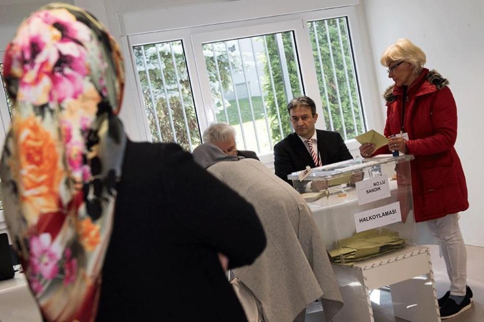Türken bei der Abstimmung über die Verfassungsreform. Über die Todesstrafe dürften sie in Deutschland nicht in die Wahlkabinen.