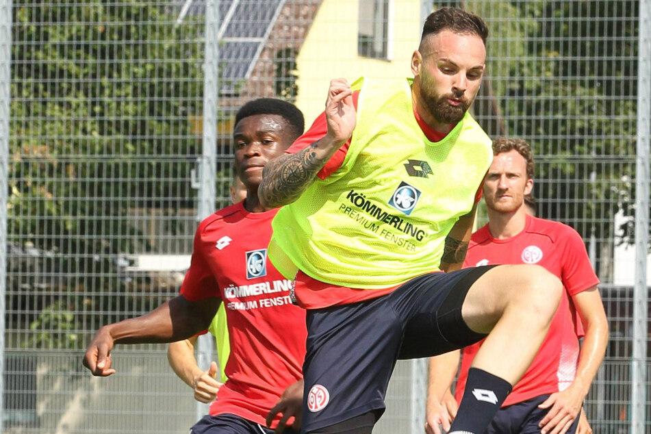 """Juli 2019, Training beim FSV Mainz: Michael Akoto (23, l.) im Zweikampf mit seinem """"großen Bruder"""", Ex-Dynamo Giuliano Modica (30)."""