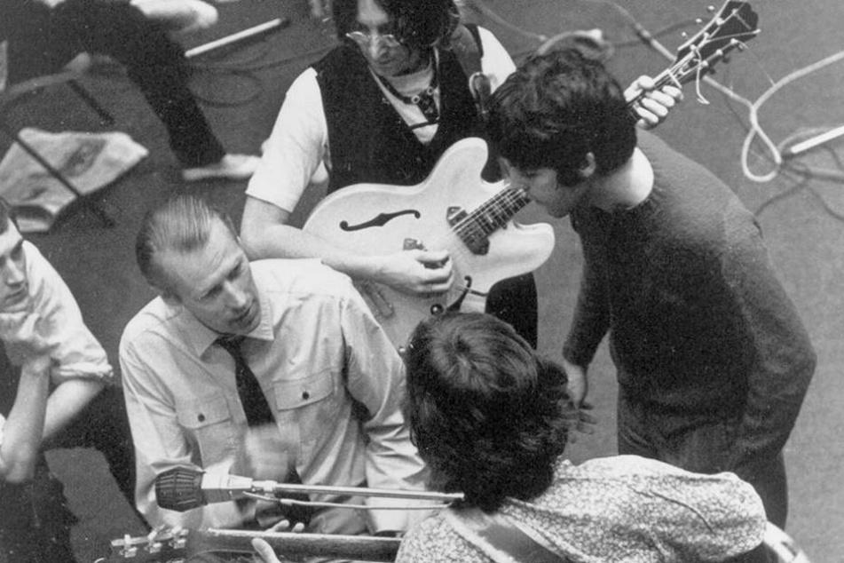 """Die Fab Four mit ihrem Produzenten George Martin (Mitte li.), dem """"fünften Beatle"""" im Gespräch."""