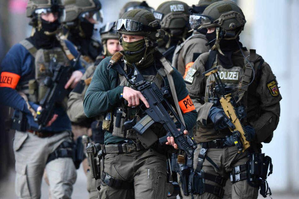 Der 31-Jährige ließ sich von den Beamten des SEK widerstandslos festnehmen (Symbolbild).