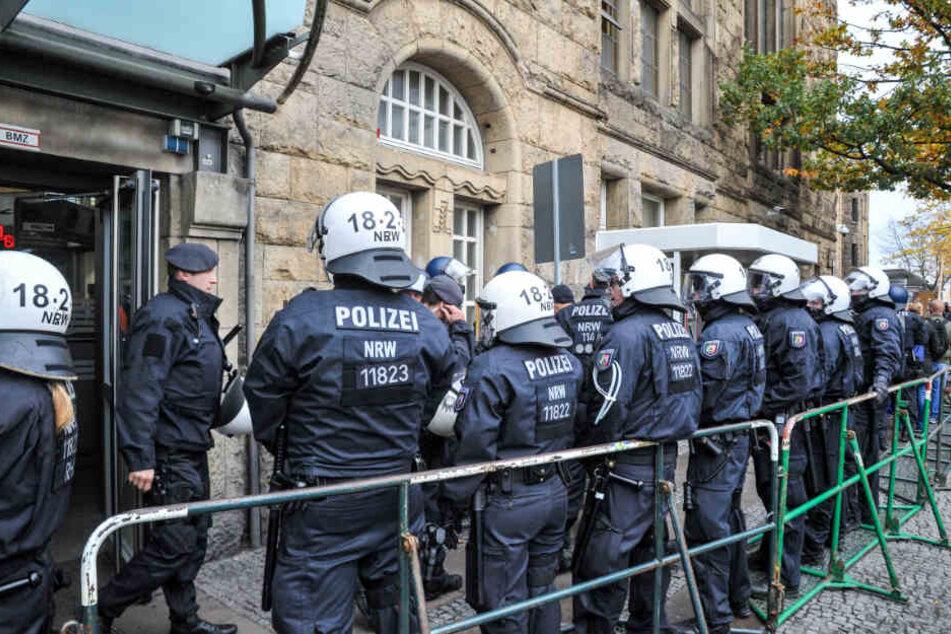 Rund 2.000 Polizisten sorgten während der Nazi-Demos im November in Bielefeld für Sicherheit.