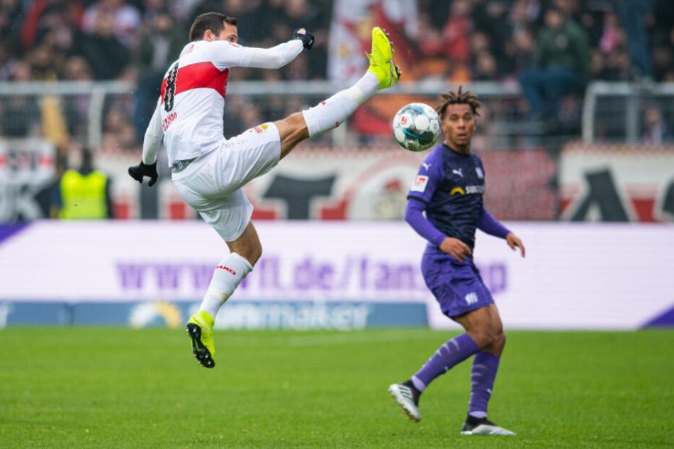 Stuttgarts Gonzalo Castro (l) steht bei der Ballannahme gegen Osnabrücks Etienne Amenyido in der Luft.