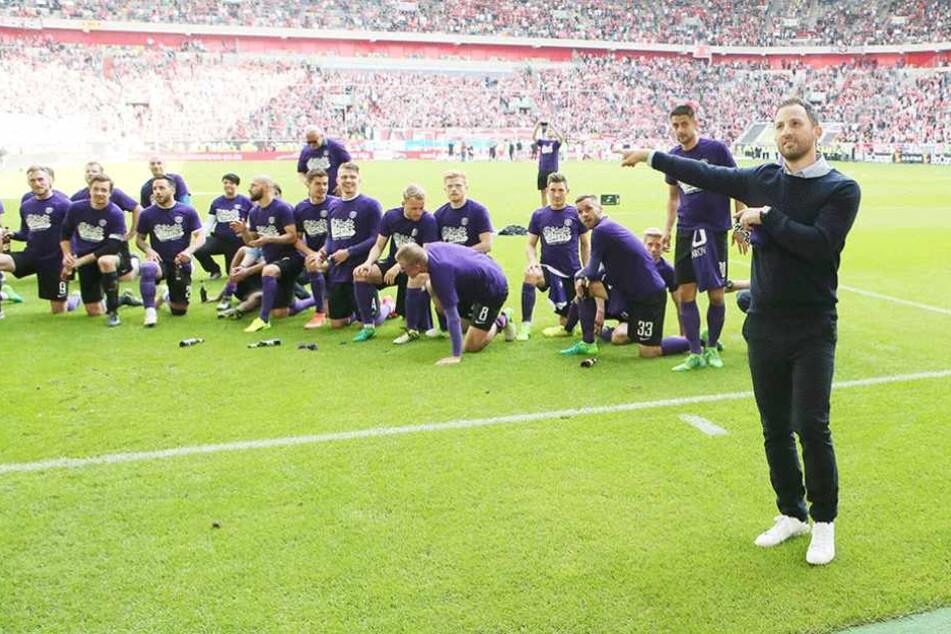 Nach der Rettung in Düsseldorf zeigt es Tedesco (re.) an: Nicht ich, sondern das Team hat den Klassenerhalt geschafft.