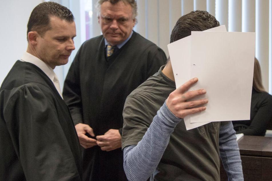 Der Angeklagte betritt am 28.03.2019 den Gerichtssaal.